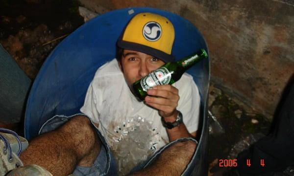 Cassio, vencedor da promoção dentro de um tonel de cerveja