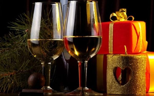 Taças de Vinho com presentes de natal