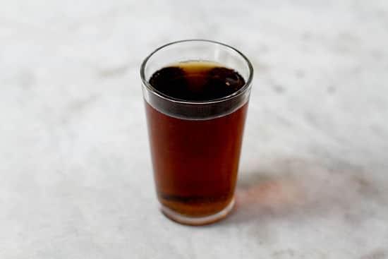 Copo com whisky e coca-cola