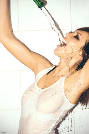 mulher bebendo água semi nua