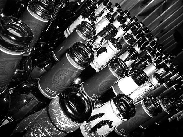 Muitas garrafas de cerveja