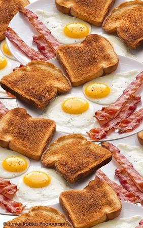 Torradas, ovos e bacon