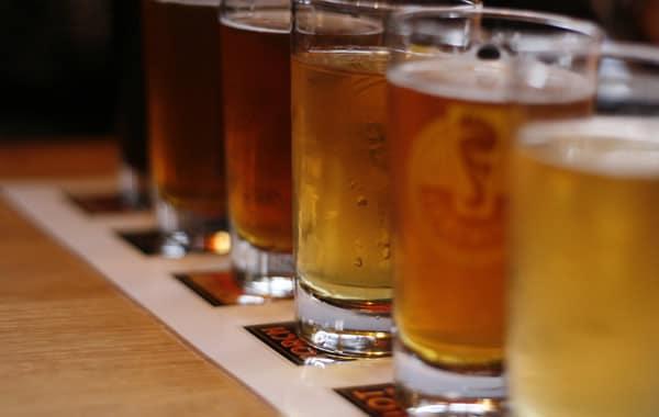 Copos de cervejas artesanais cheios