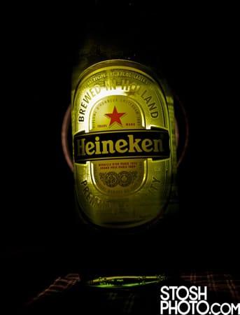 Garrafa da cerveja Heineken no escuro