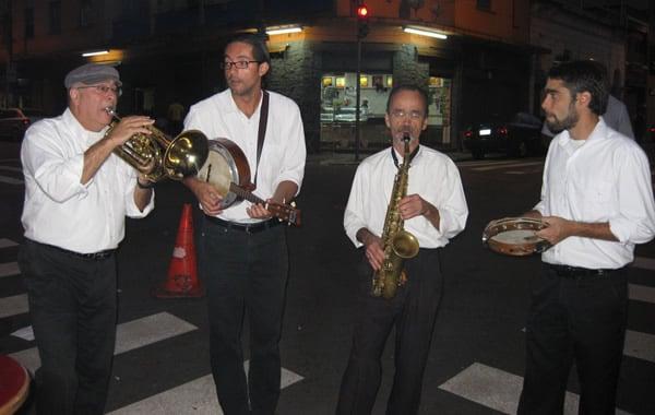Grupo de músicos no Bar Leo