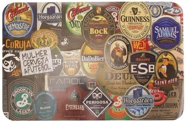 Jogo americano com rótulos de cerveja