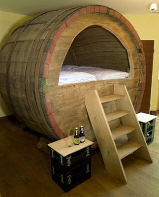 Cama dentro de um barril