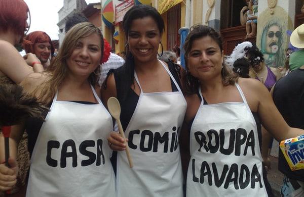 Três mulheres fantasiadas de Casa, comida e Roupa Lavada