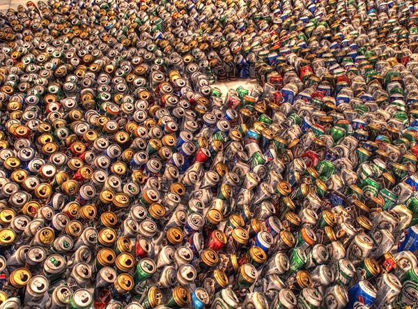 muitas latas de cerveja