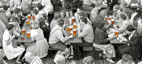 Alemães sentados e bebendo cerveja