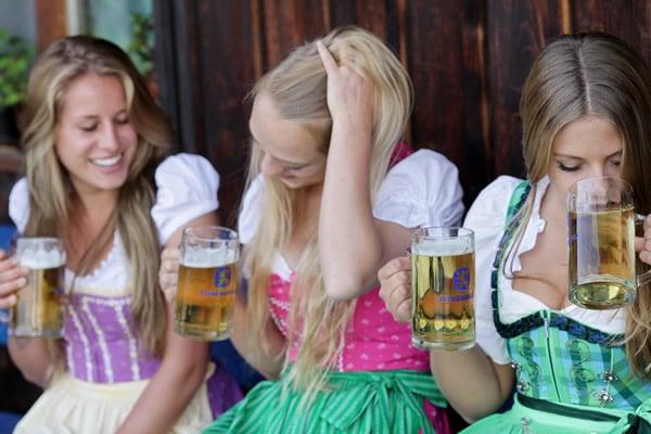 Alemãs bebendo cerveja