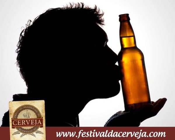 Homem beijando uma garrafa de cerveja