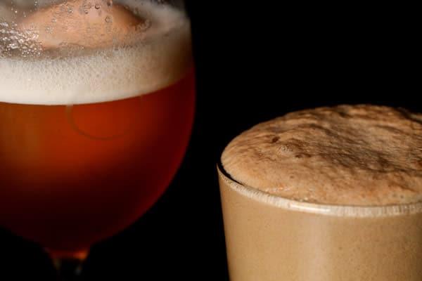 Copos com cerveja do estilo Lambic