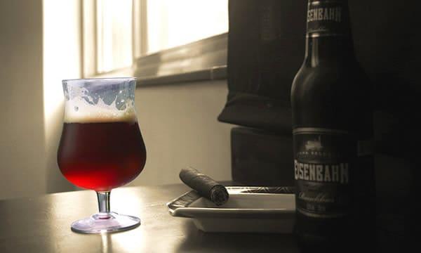 Garrafa e copo da cerveja Eisenbahn Rauchbier