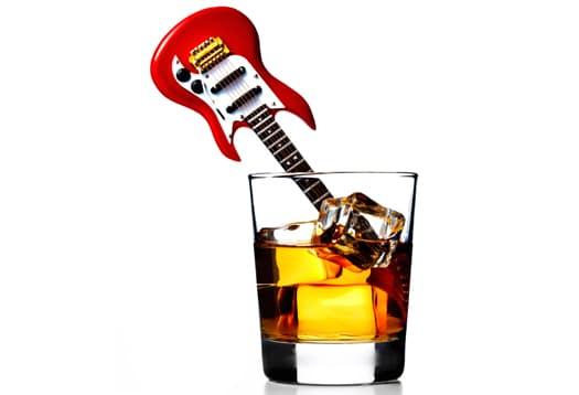 Guitarra dentro de um copo de whisky