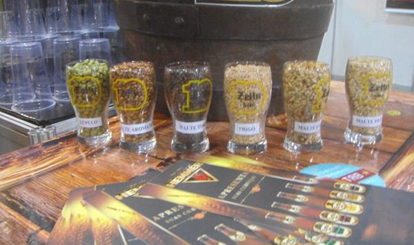 Copos com ingredientes pra preparar cerveja