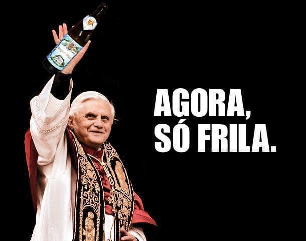 Papa segurando uma garrafa de cerveja