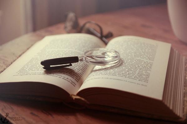 Livro com uma lupa em cima