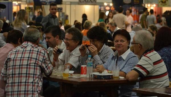 Pessoas bebendo cerveja no Festival