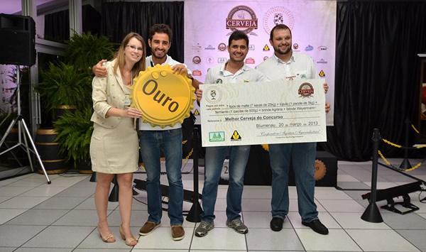 Cervejaria Walls recebendo a premiação