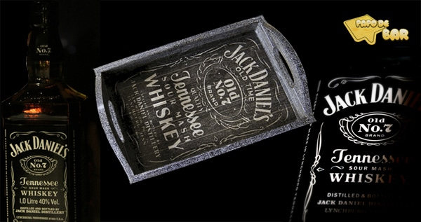 Bandeja e garrafas do whiskey Jack Daniels