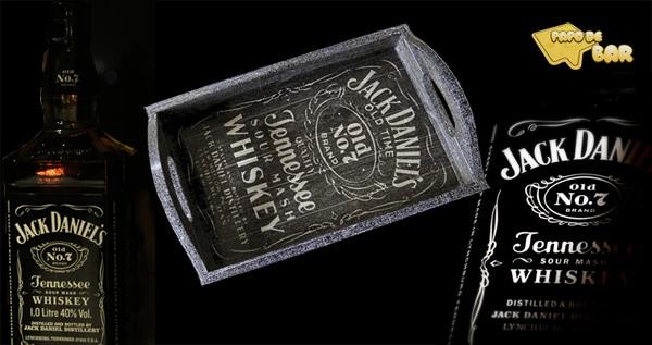 Bandeja e garrafas do whiskey Jack Daniels
