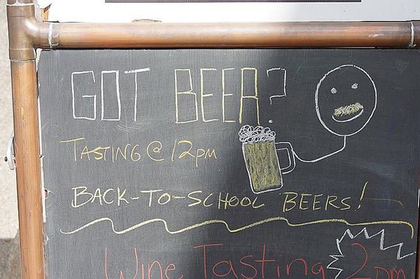 Quadro negro com cerveja desenhada