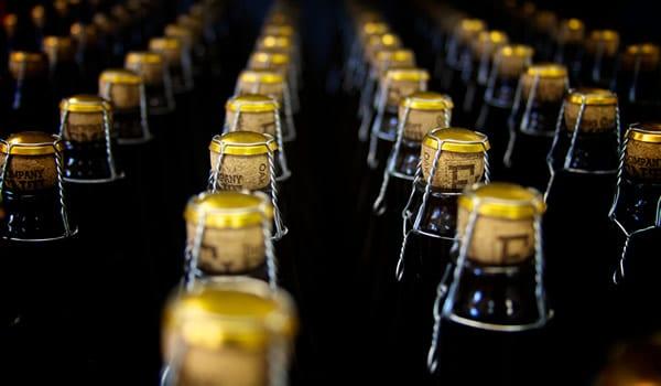 Várias garrafas de cervejas com rolha
