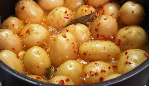 Tigela com batatas em conserva