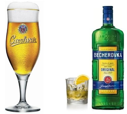 Garrafa de Becherovka e copo da Czechvar