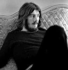 John Henry Bonham sentado no sofá