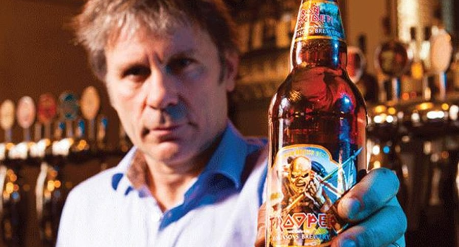 Bruce Dickinson segurando a cerveja do Iron Maiden