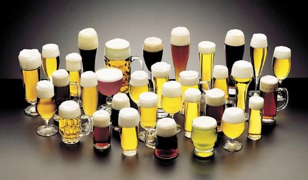 Vários copos de cerveja