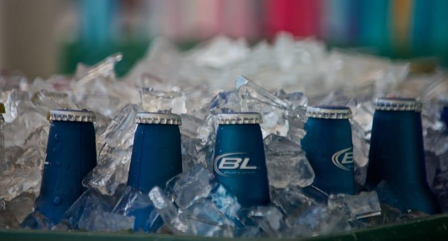 Balde de gelo com garrafas da cerveja sem álcool Bud Light
