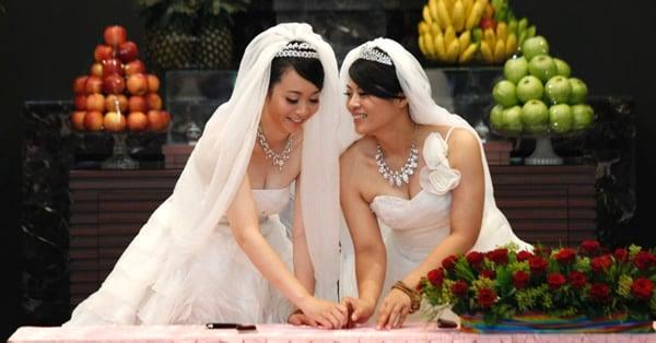 Casal de lésbicas se casando