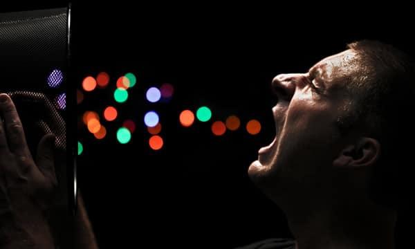 Homem vomitando bolas coloridas