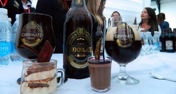 Garrafa e copo da cerveja Baden Baden Chocolate Beer com doces