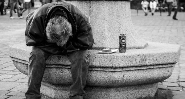 Homem triste com uma lata de cerveja