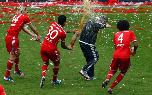 Jogadores banham a comissão técnica do Bayer
