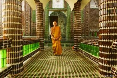 Monge num corredor feito de garrafas de cerveja