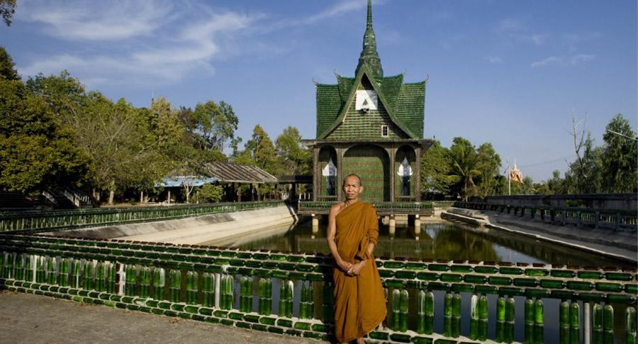 Monge no Templo budista construído com garrafas de cerveja