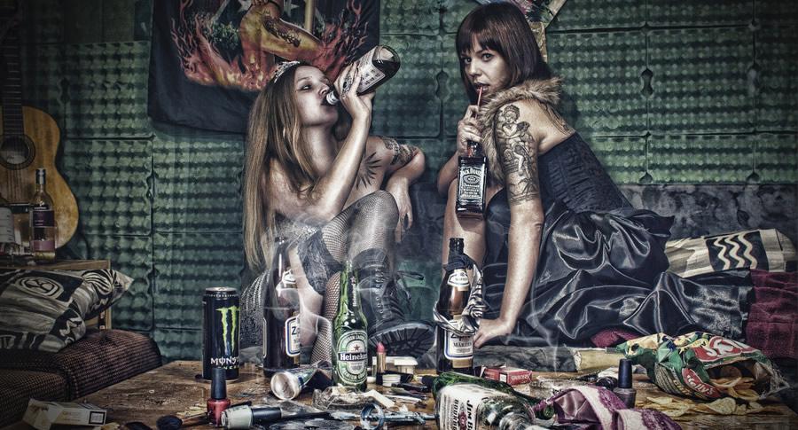 Mulheres consumindo bebidas e drogas