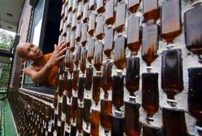 Parede feita com garrafas de cerveja