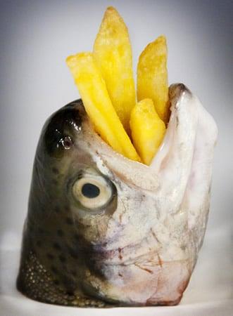 Peixe com batata dentro da boca