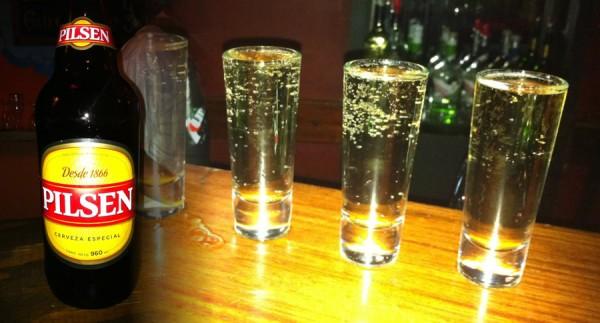 Shots e uma garrafa da cerveja Pilsen