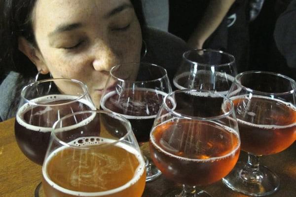 Mulher com seis copos de cerveja