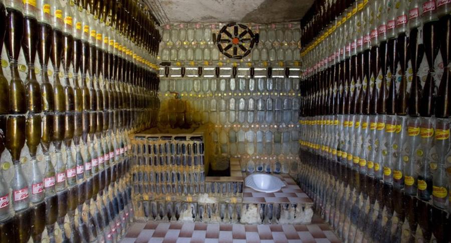 Banheiro do Templo Budista feito com garrafas de cerveja