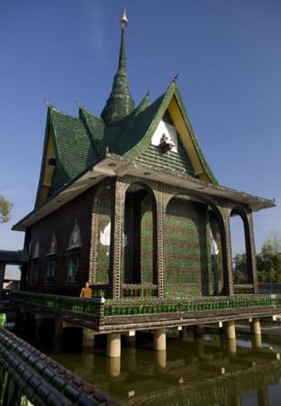 Templo Budista construído com garrafas de cerveja