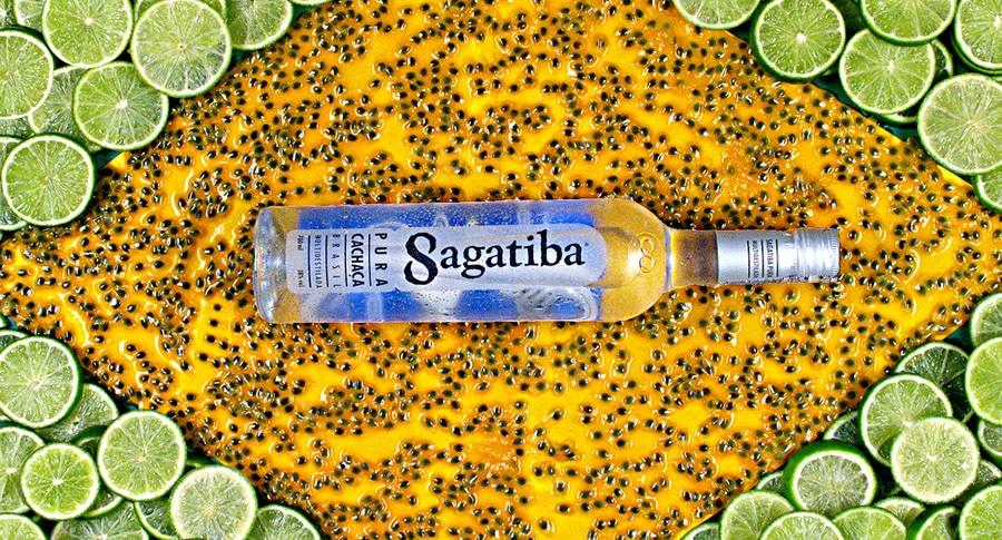 Bandeira do Brasil feita com frutas e uma garrafa de Sagatiba
