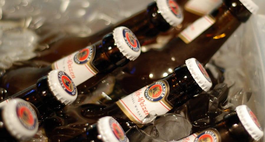 Garrafas da cerveja Paulaner Hefe Weizen no gelo